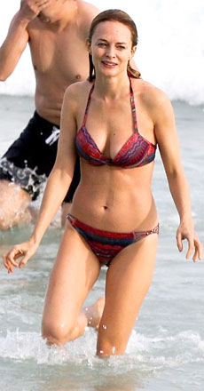 Heather Graham shows her amazing bikini body