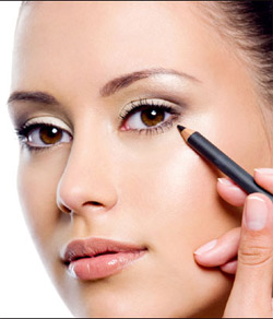 Eyeliner application may cause eye problems, study finds